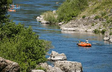 AM-boatsinriver